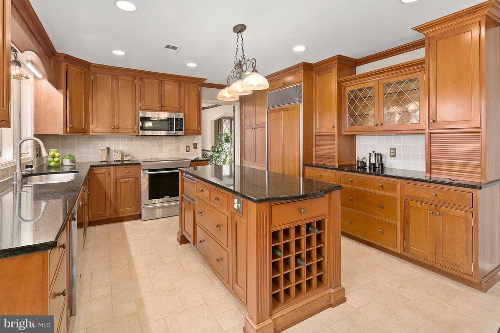 Large island, cherry cabinetry and trim - 2821 N QUEBEC ST, ARLINGTON