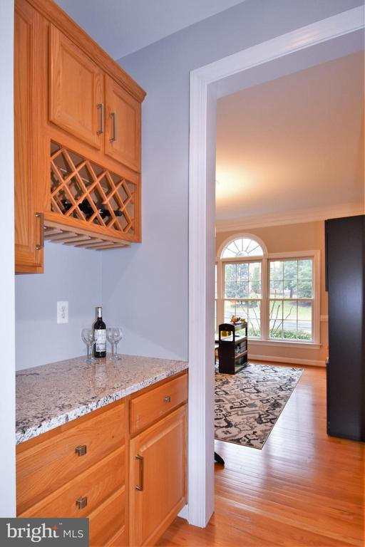 Butler pantry between dining area and kitchen - 1590 MONTMORENCY DR, VIENNA