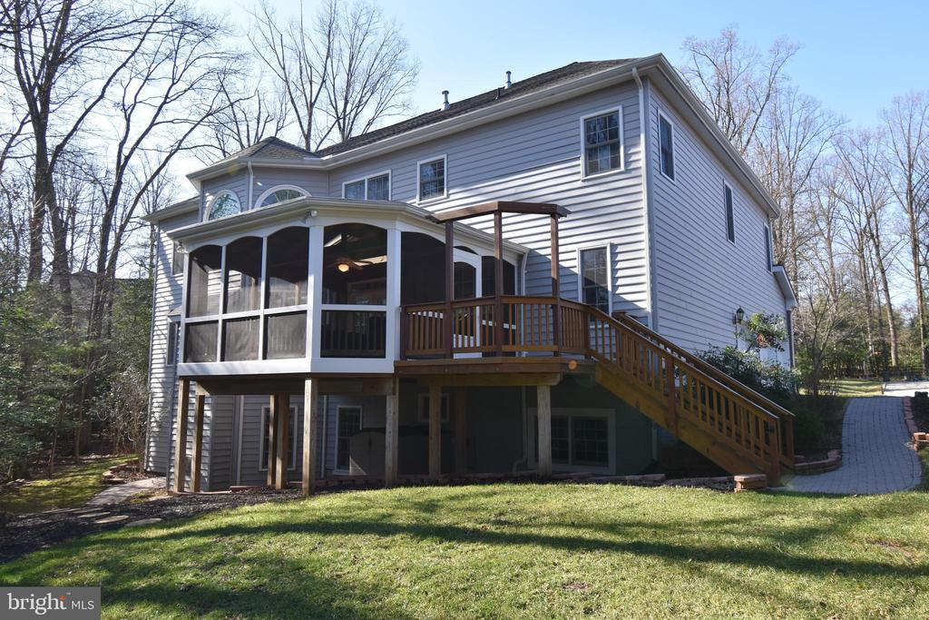 Back of home showing yard and screened-in porch - 1590 MONTMORENCY DR, VIENNA