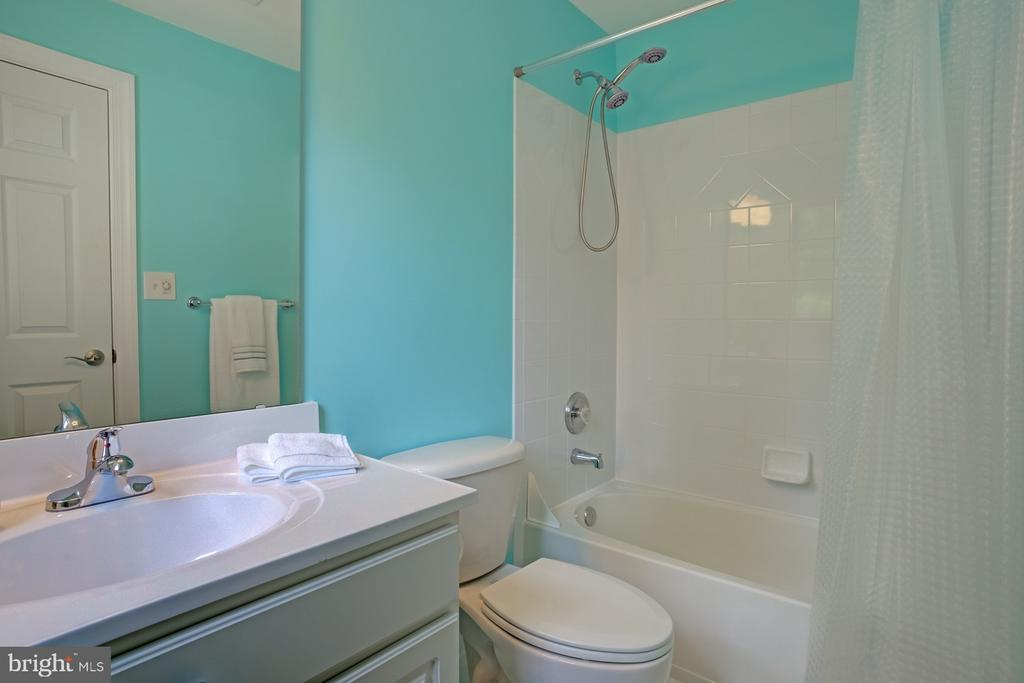 Upper bedroom # 2 with separate full bath - 1590 MONTMORENCY DR, VIENNA