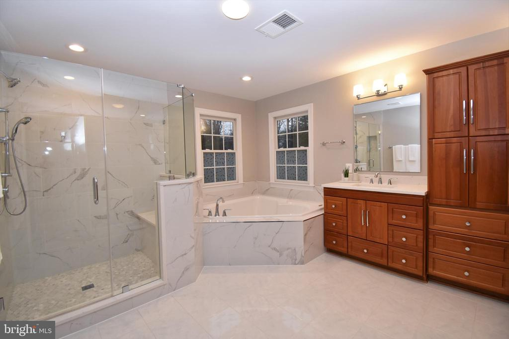 Master bath with separate shower and water closet - 1590 MONTMORENCY DR, VIENNA