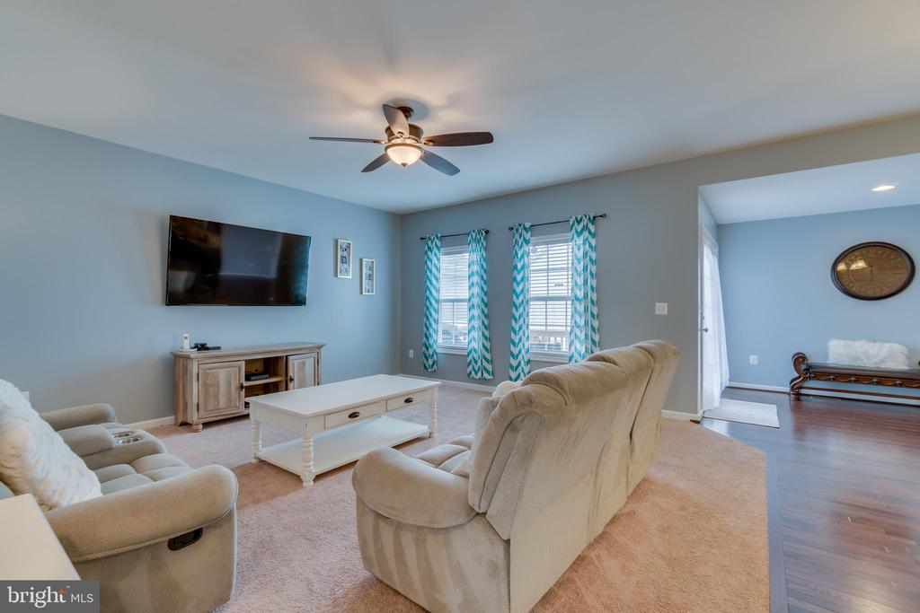 Carpeted Family Room - 137 GARDENIA DR, STAFFORD