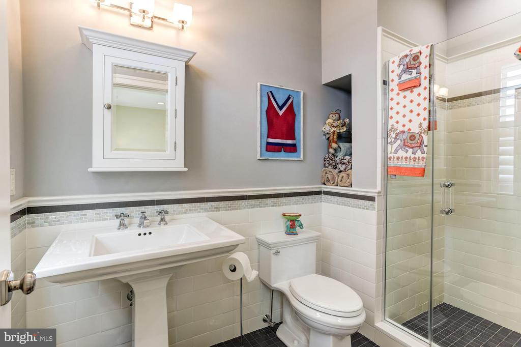 2nd Floor Guestroom #1 Full bathroom - 203 CAPE SAINT JOHN RD, ANNAPOLIS