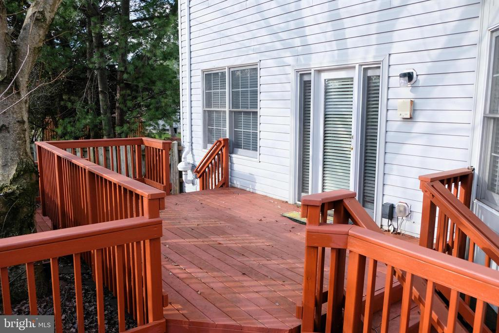 Deck for outdoor entertaining - 47400 GALLION FOREST CT, STERLING