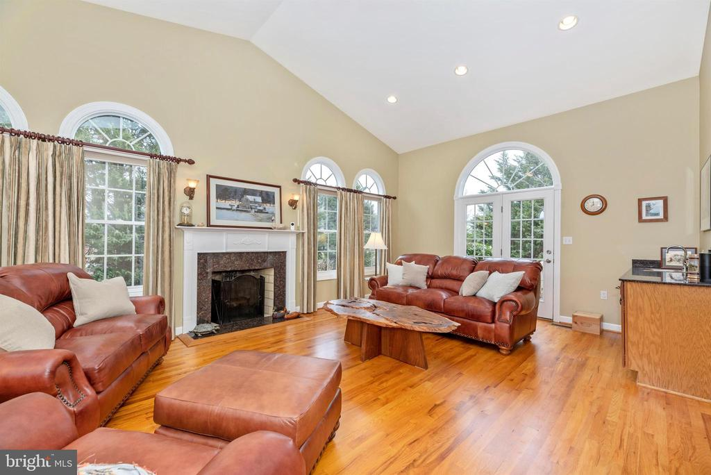 Wood Burning Fireplace and Vaulted Ceilings - 5221 MUIRFIELD DR, IJAMSVILLE