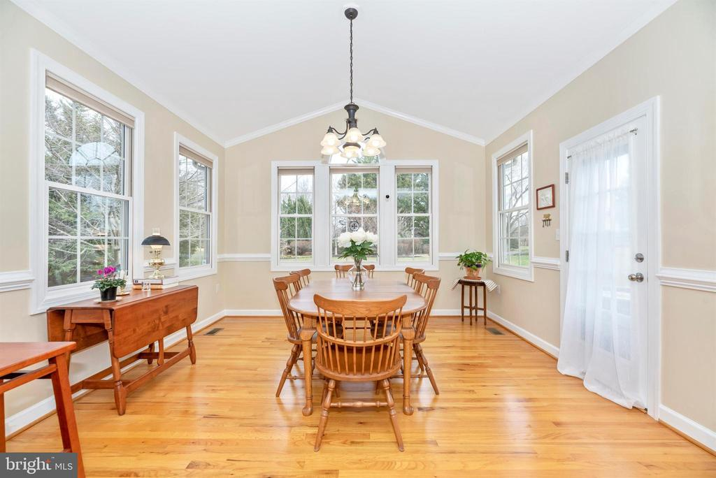 Cathedral Ceiling in Breakfast Room leads to Patio - 5221 MUIRFIELD DR, IJAMSVILLE
