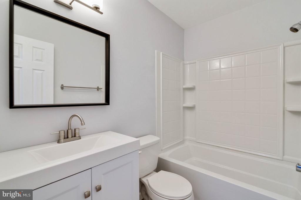 Guest Bathroom - 2027 MAYFLOWER DR, WOODBRIDGE