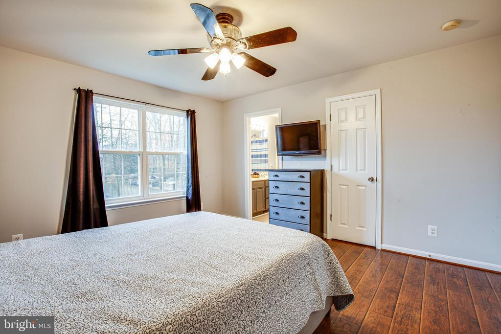 Master has a private bath and walk-in closet - 121 LONGVIEW DR, STAFFORD