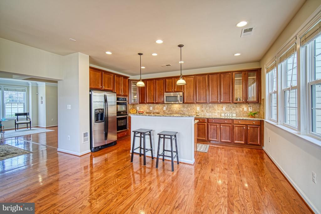 Gourmet kitchen with recessed lights - 19348 GARDNER VIEW SQ, LEESBURG