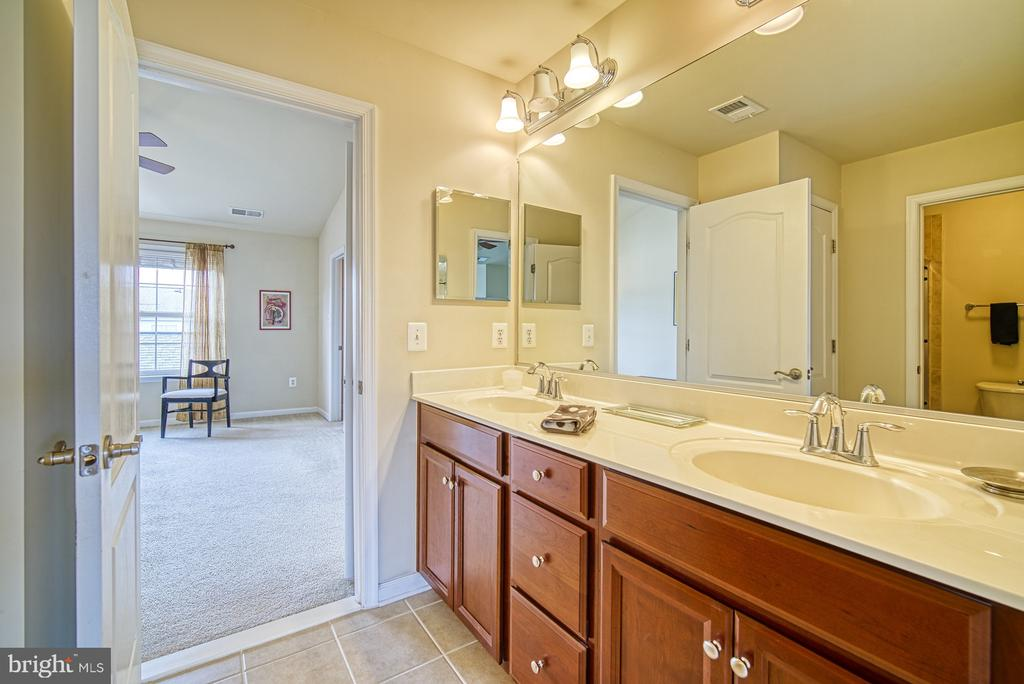 Jack and Jill bathroom on the 3rd level - 19348 GARDNER VIEW SQ, LEESBURG