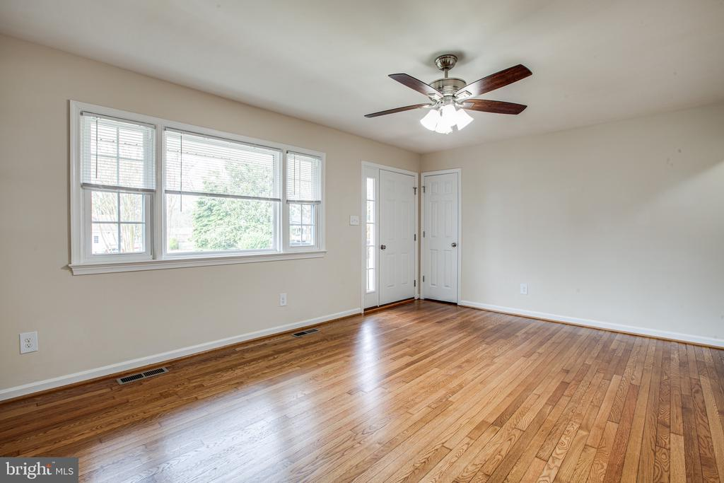Bright Living Room w/ Coat Closet - 806 PAYTON DR, FREDERICKSBURG