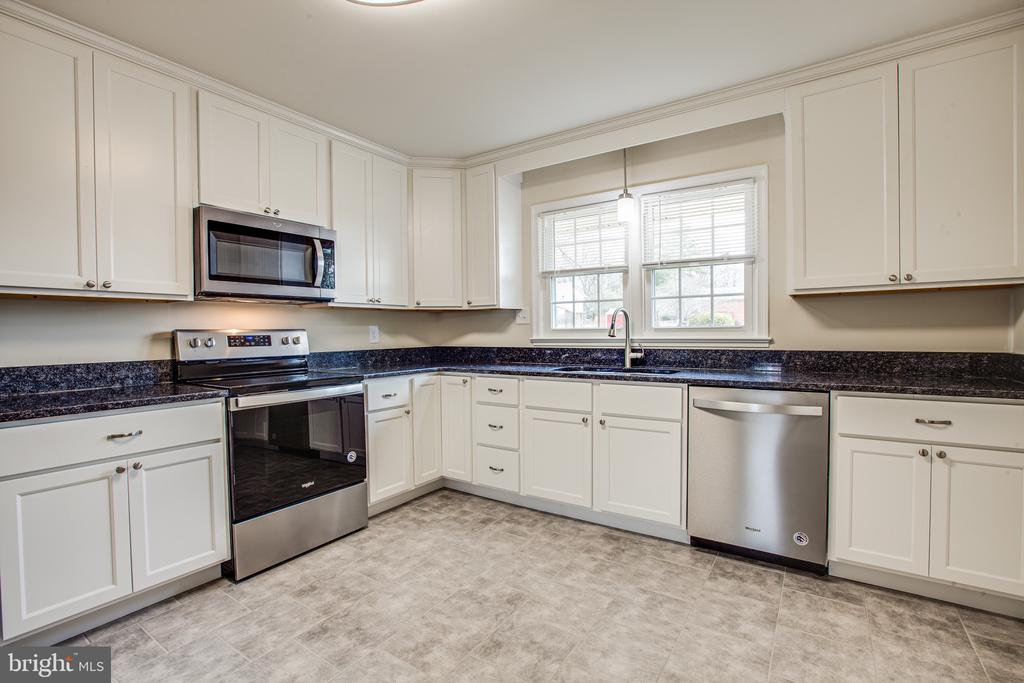 Lots of room for more than one cook! - 806 PAYTON DR, FREDERICKSBURG