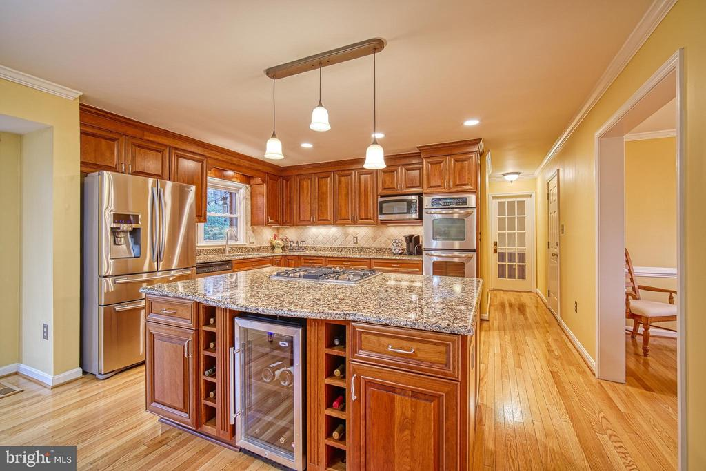Large island with wine fridge - 12204 KNIGHTSBRIDGE DR, WOODBRIDGE