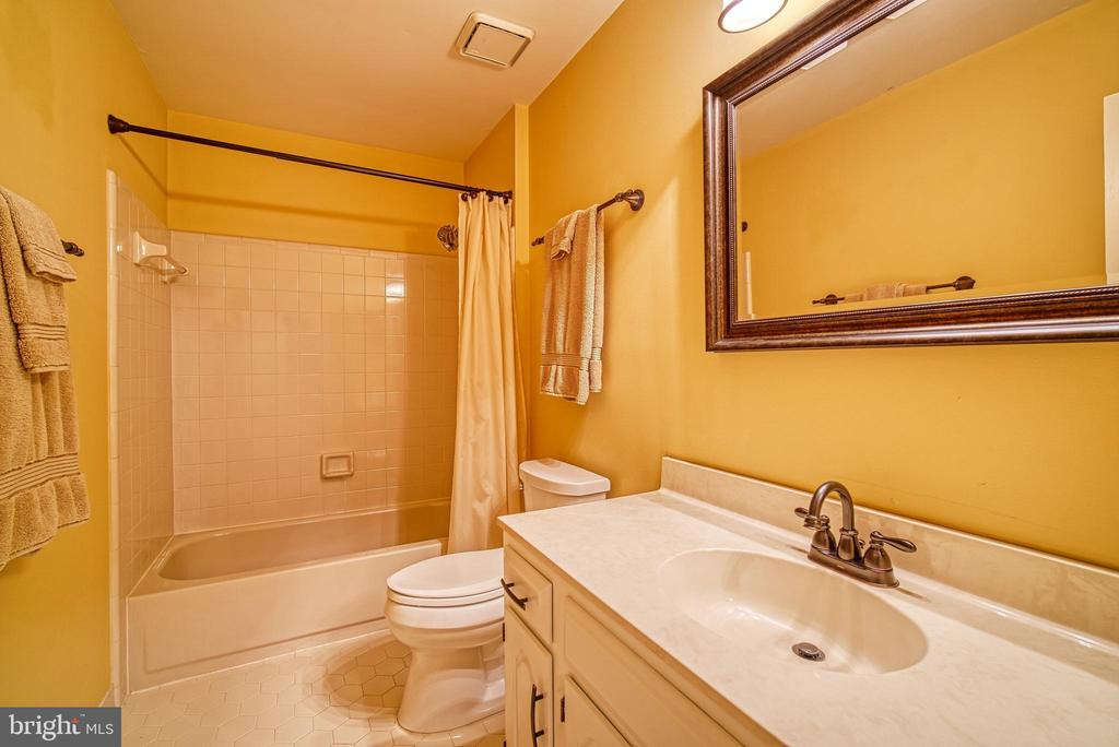 Upper hall bath - 12204 KNIGHTSBRIDGE DR, WOODBRIDGE