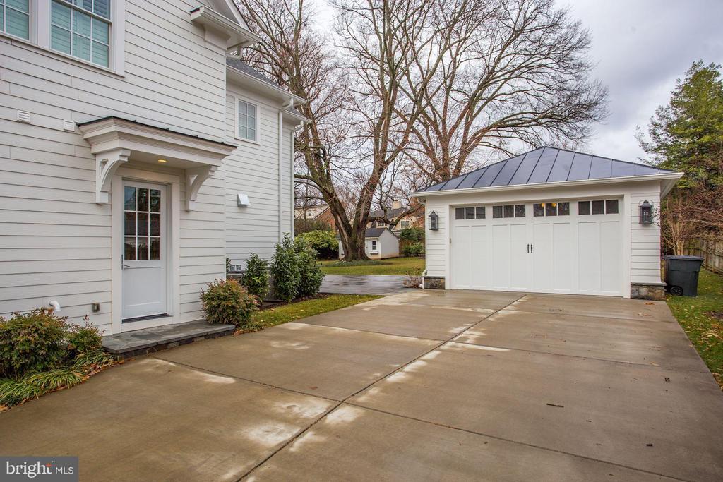 Mudroom Entrance & Two Car Garage - 4205 GLENROSE ST, KENSINGTON