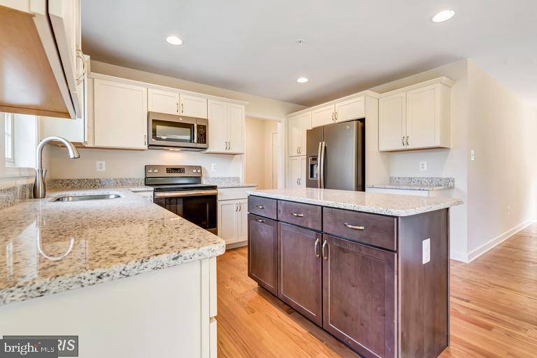 Kitchen with center island - 6722 HEMLOCK POINT RD, NEW MARKET