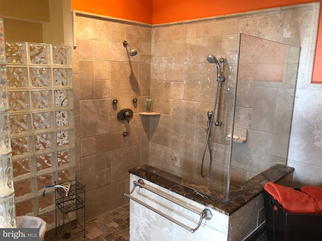 Great shower corner. - 6809 CALVERTON DR, HYATTSVILLE