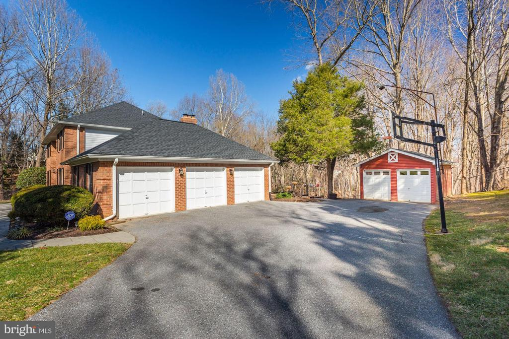 3 car garage with parking pad and large shed - 13701 ESWORTHY RD, GERMANTOWN