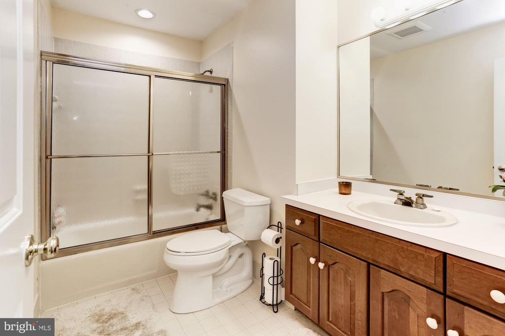 Shared bathroom for  BR 2 and BR 3 - 13701 ESWORTHY RD, GERMANTOWN