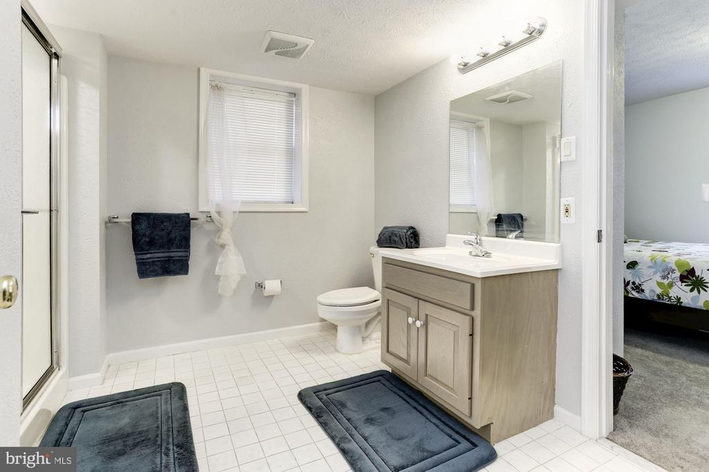 Lower level bathroom - 13701 ESWORTHY RD, GERMANTOWN