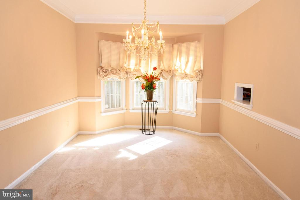 Dining room with bay window - 47400 GALLION FOREST CT, STERLING