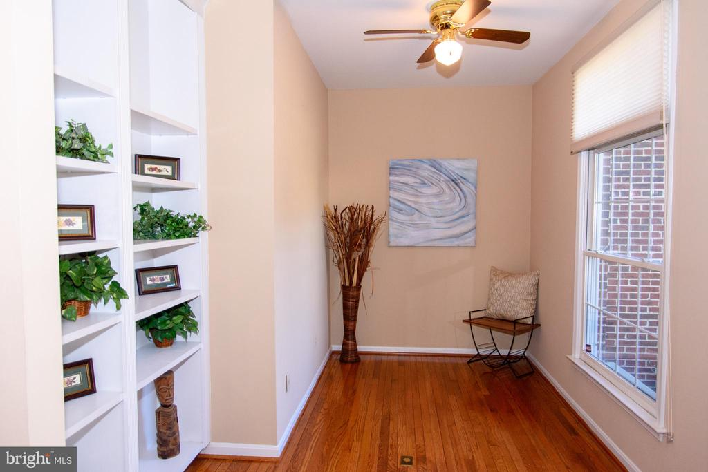 Office with built-ins and wood floors - 47400 GALLION FOREST CT, STERLING