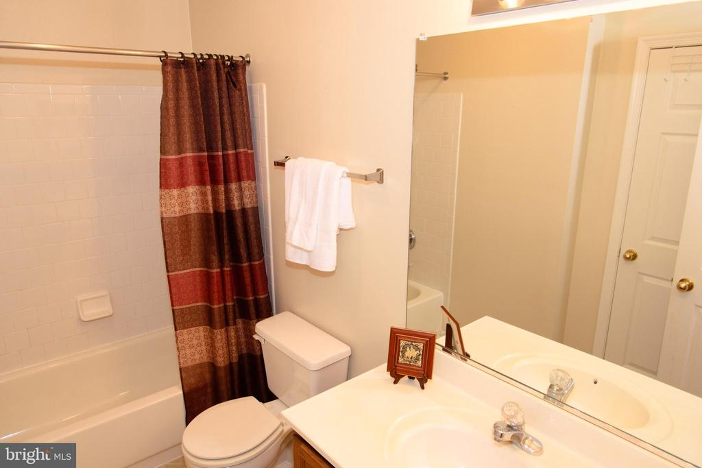 Upper level bathroom - 47400 GALLION FOREST CT, STERLING