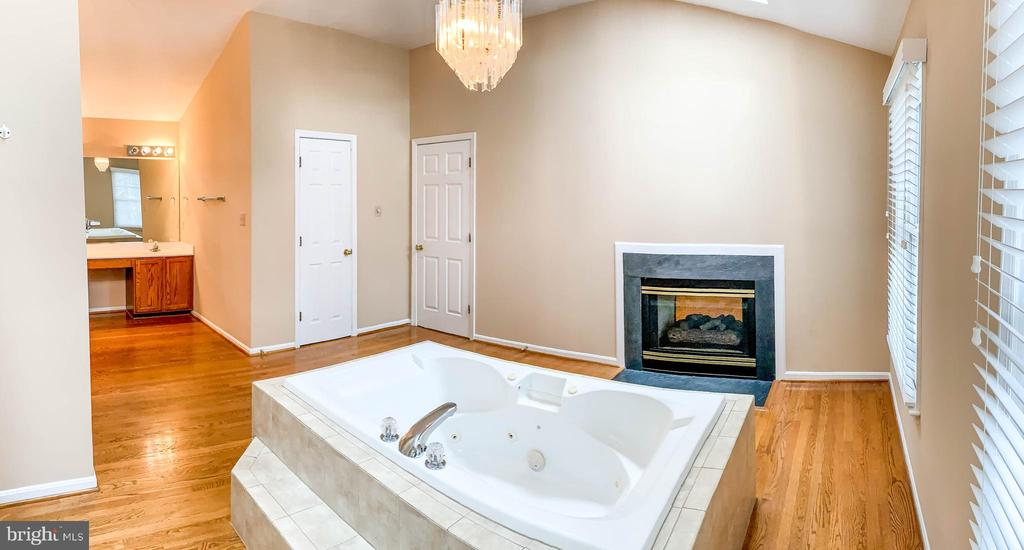 Master bath with fireplace and spa bathtub - 47400 GALLION FOREST CT, STERLING
