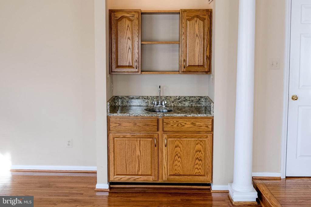 Mini serving bar great for entertaining - 47400 GALLION FOREST CT, STERLING