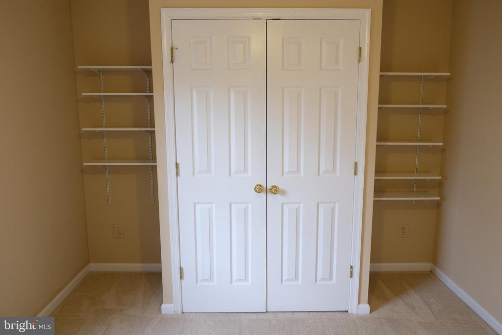 First bedroom with shelves - 47400 GALLION FOREST CT, STERLING