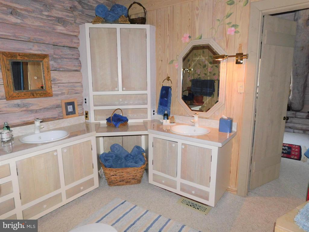 Full Bathroom between Bedrooms # 2 & 3 - 11713 WAYNE LN, BUMPASS