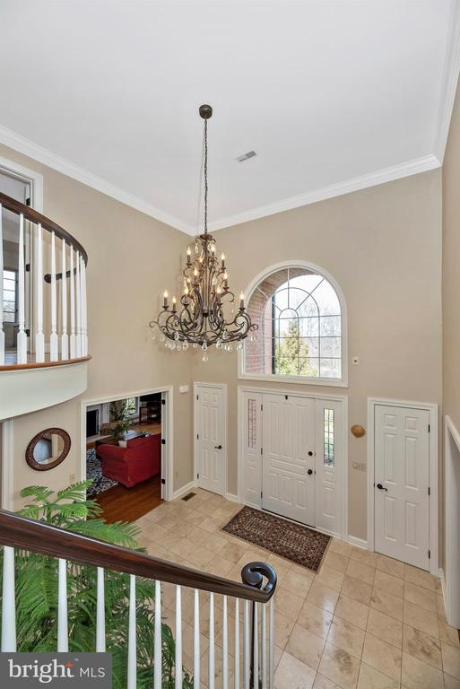 Two story foyer with grand chandelier - 5218 MUIRFIELD DR, IJAMSVILLE