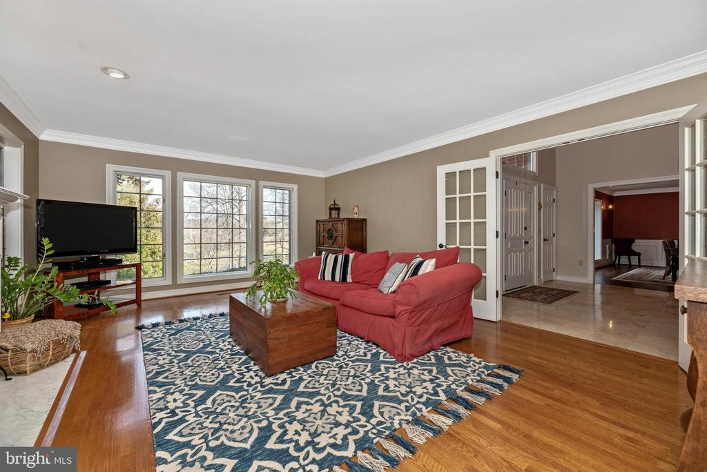 Living room and potential 1st floor master - 5218 MUIRFIELD DR, IJAMSVILLE