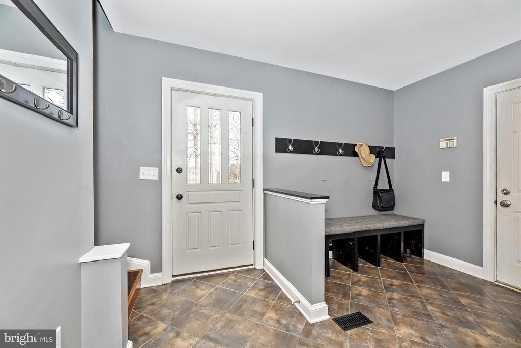 Welcome and powder room off of the garage - 5218 MUIRFIELD DR, IJAMSVILLE
