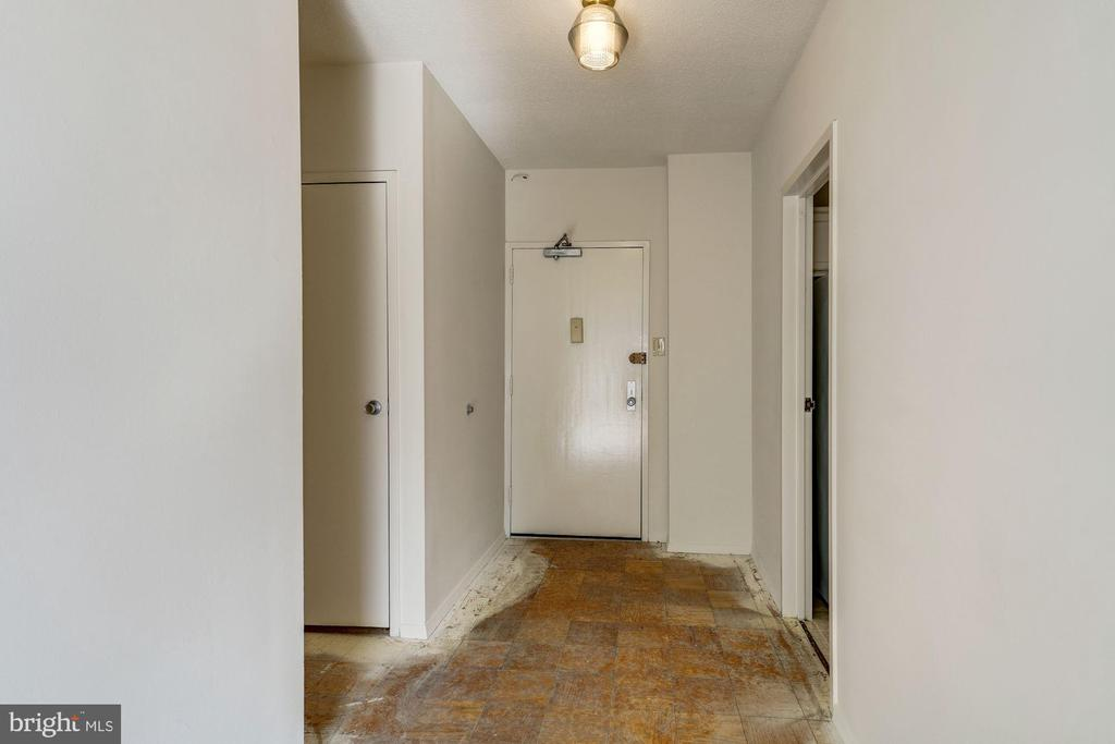 Foyer entry, Kitchen on the right - 4141 HENDERSON RD #324, ARLINGTON