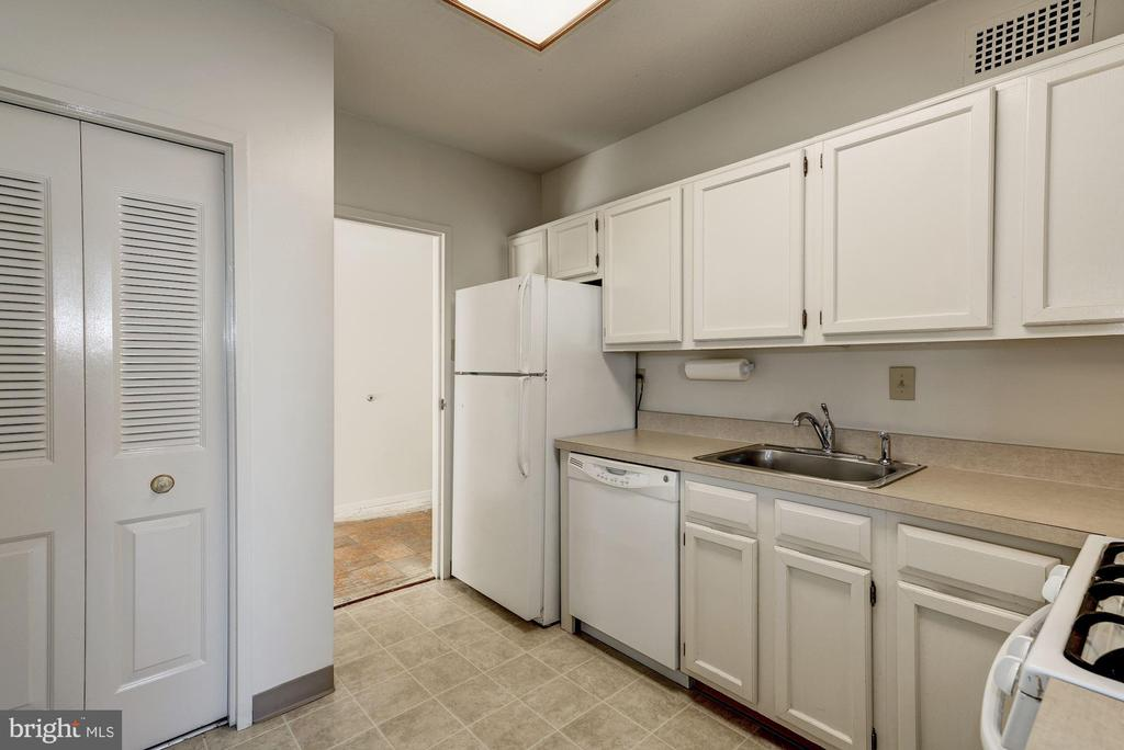 Kitchen with pantry - 4141 HENDERSON RD #324, ARLINGTON