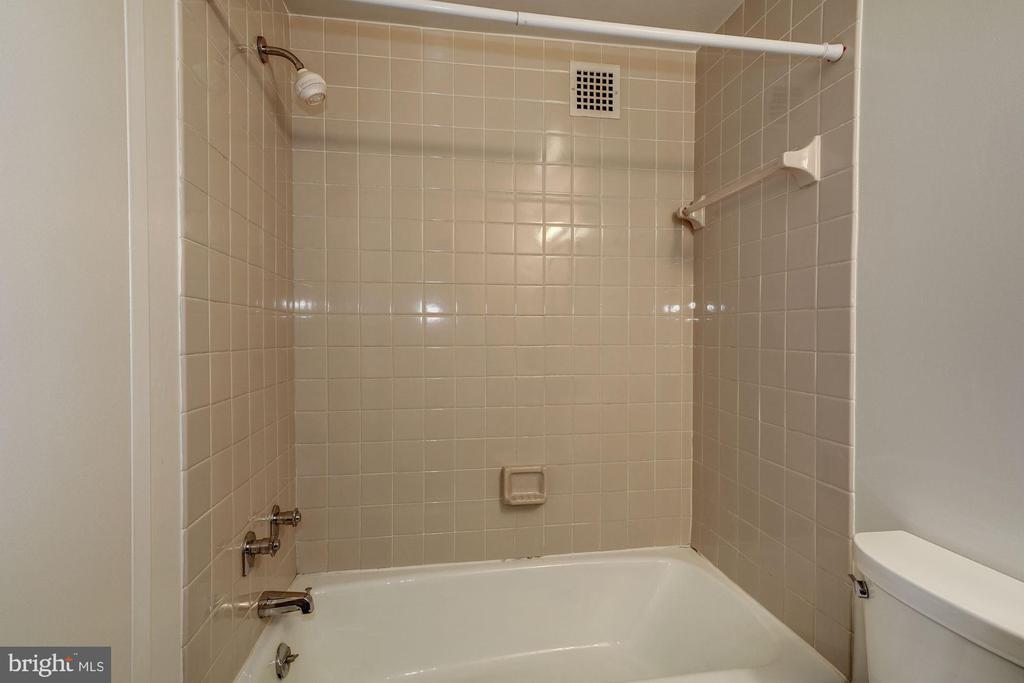 Hall Bath - 4141 HENDERSON RD #324, ARLINGTON