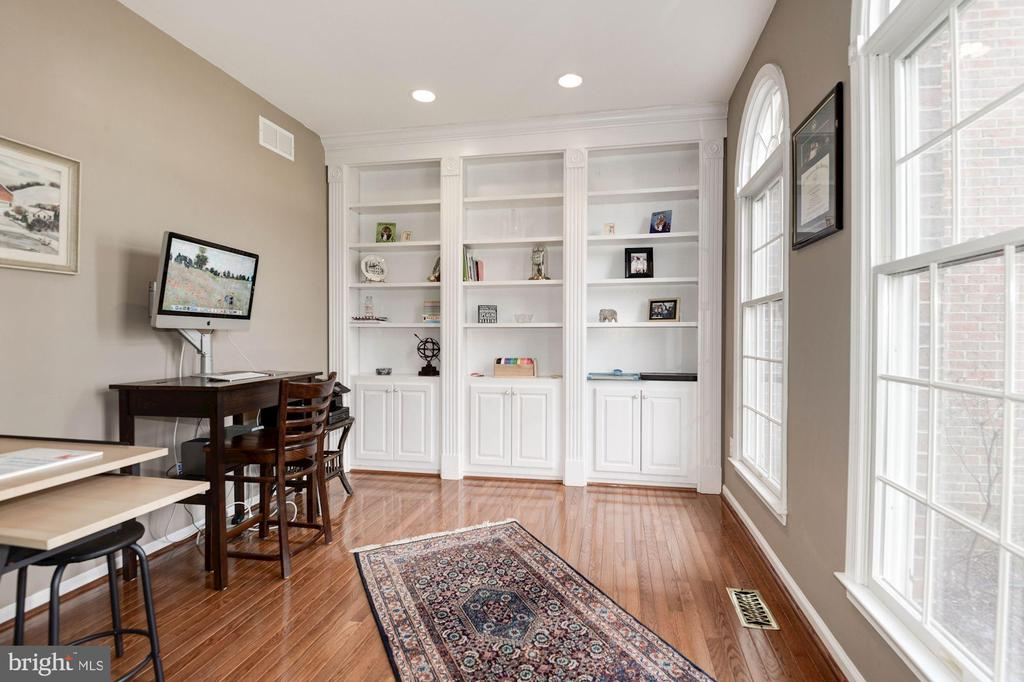 Main Level Library with built ins - 1340 DASHER LN, RESTON