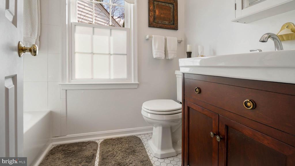 Hall Bathroom with upgraded vanity - 13 MEADOWGATE CIR, GAITHERSBURG