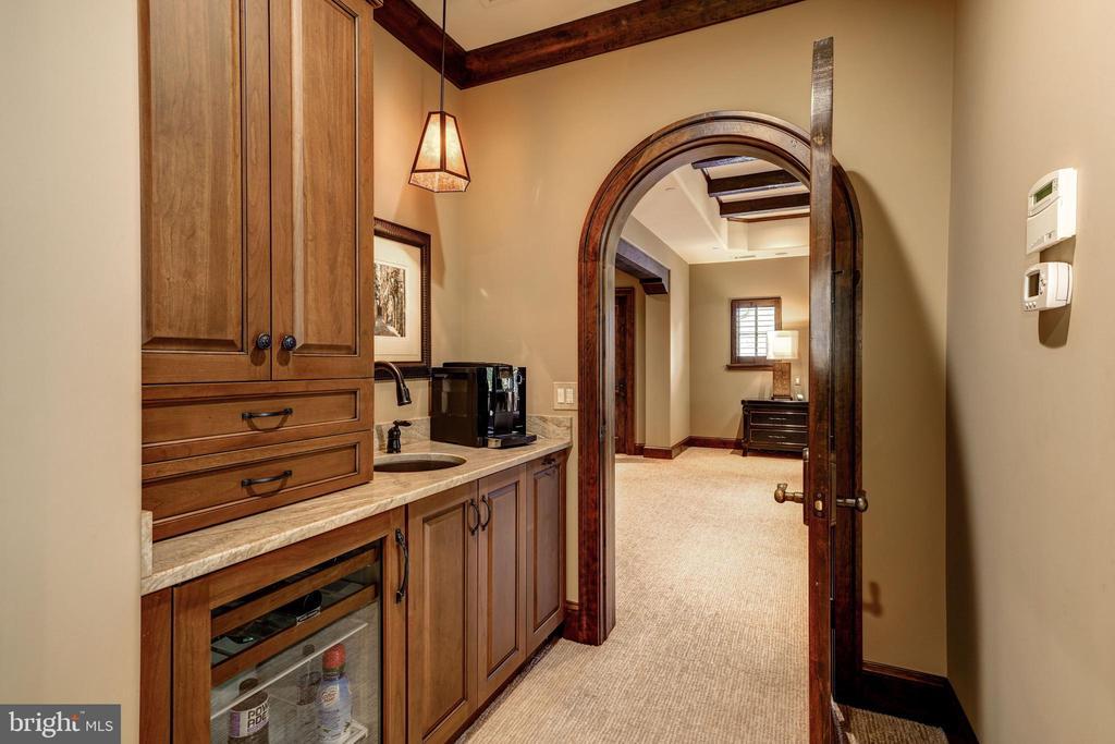 Dressing Corridor w/Bar - 8001 OVERHILL RD, BETHESDA