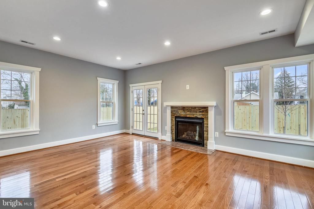 Cozy Family Room with Fireplace - 2105 N GEORGE MASON DR, ARLINGTON
