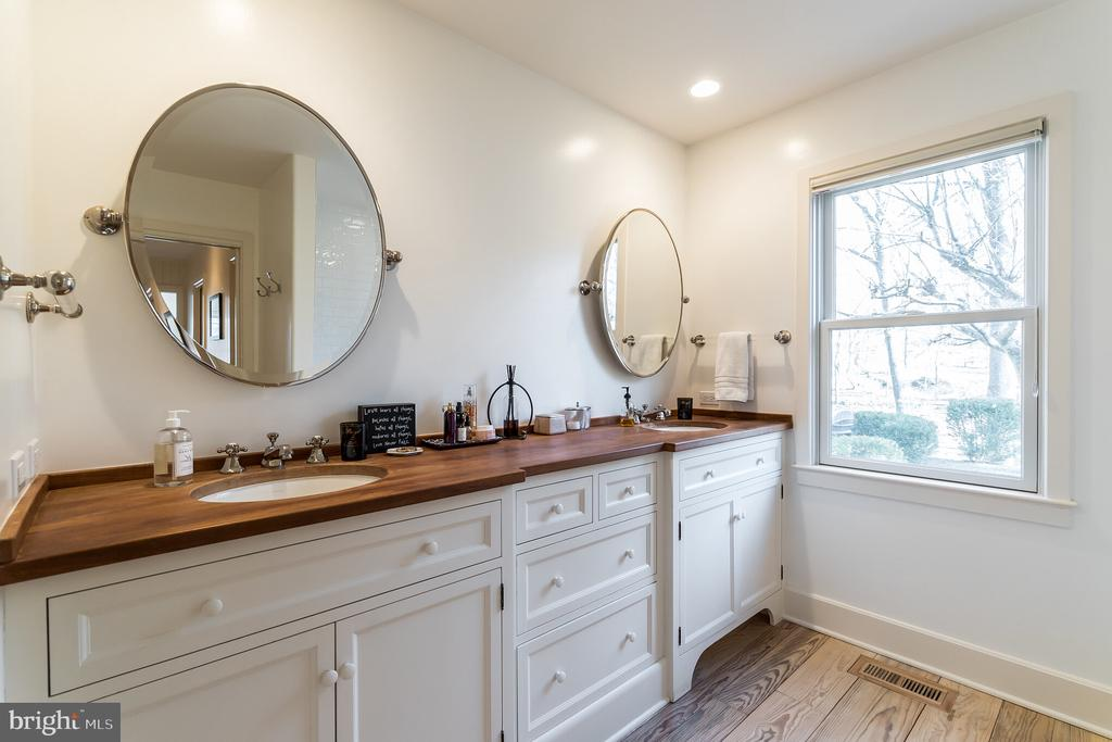 Luxurious Master Bath - 23057 KIRK BRANCH RD, MIDDLEBURG
