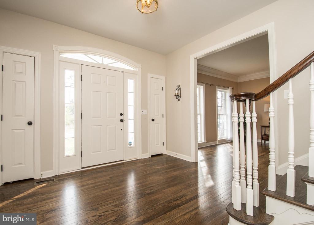 Stunning Foyer, gorgeous hardwood floors - 43168 HASBROUCK LN, LEESBURG