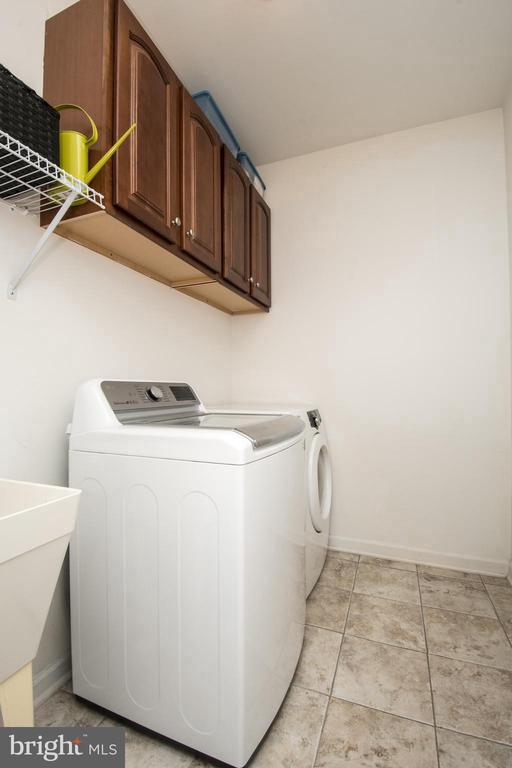Separate laundry room and utility sink - 43168 HASBROUCK LN, LEESBURG