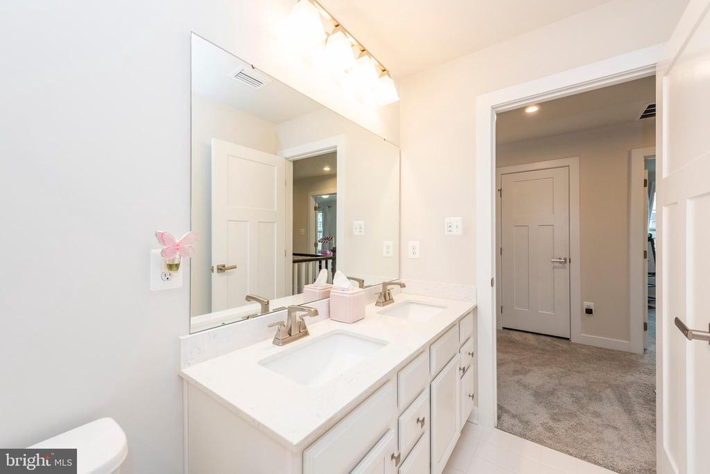 Full bathroom  2 - 9689 AMELIA CT, NEW MARKET