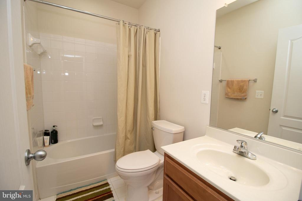 Full Bath on Lower Level - 42011 ZIRCON DR, ALDIE