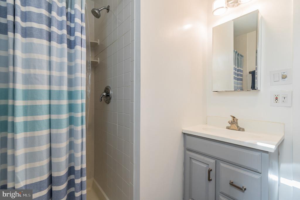 Unit #3 full bathroom - 1932 15TH ST NW, WASHINGTON