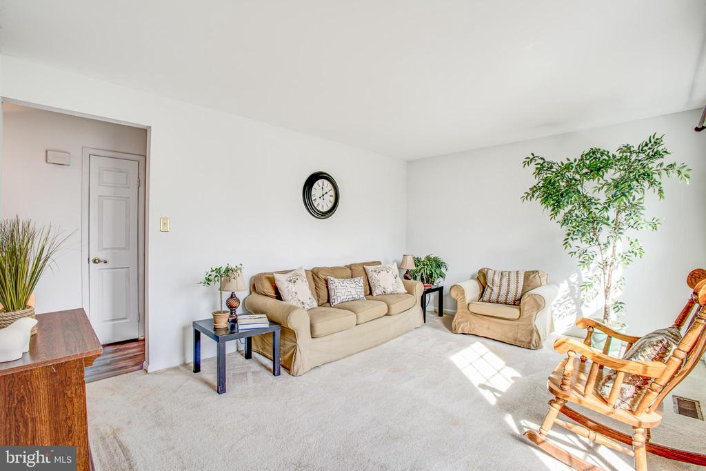 Entertain and chat in your sunny living room - 6122 PLAINVILLE LN, WOODBRIDGE