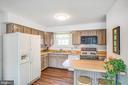Hardwood kitchen w eat-on counter and gas stove - 6122 PLAINVILLE LN, WOODBRIDGE