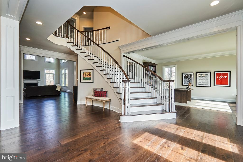 Spiral hardwood staircase - 41222 TRAMINETTE CT, ASHBURN